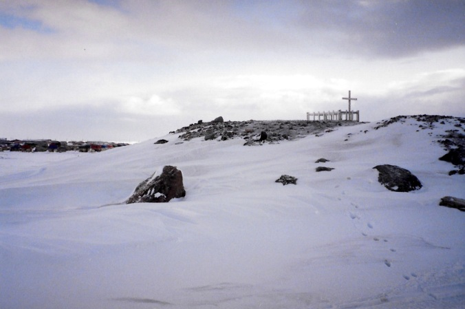 The cemetery in Puvirnituq, 1992. (PHOTO BY JANE GEORGE)