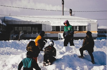 Children play in front of the Inuulitsivik Health Centre, 1992. (PHOTO BY JANE GEORGE)
