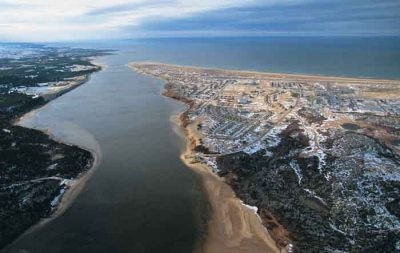 An aerial view of the Great Whale river at the site of the community of Kuujjuaraapik and Whapmagoostui. (PHOTO/ NUNAVIK-TOURISM)