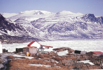 The red and white Blubber Station in Pangnirtung, May 1993. (PHOTO BY JANE GEORGE)