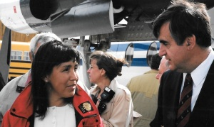 Maggie Emudluk, then mayor of Kangiqsualujjuaq, and Quebec Premier Lucien Bouchard shortly after his arrival in Kangiqsualujjuaq in September, 1997. (PHOTO BY JANE GEORGE)