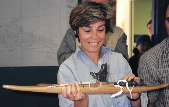 Quebec minister Louise Beaudoin admires the gift she received in Inukjuak in June, 1998. (PHOTO BY JANE GEORGE)
