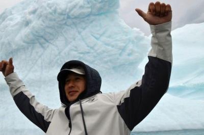 NHL player Jordin Tootoo stands in front of an iceberg in Qikiqtarjuaq in 2013 (PHOTO BY DAVID MURPHY/NUNATSIAQ NEWS)